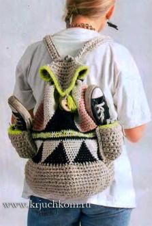 Молодежная вязаная сумка-рюкзак крючком