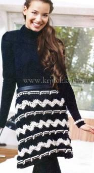 Черно-белая вязаная юбка крючком