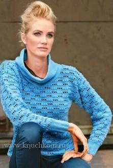 Голубой вязаный пуловер крючком