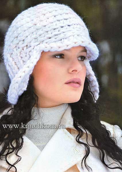 Белая вязаная шапочка из