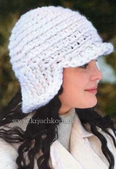 Белая вязаная шапочка из толстой пряжи